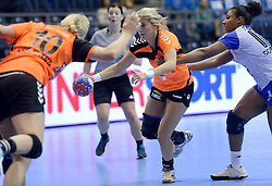 07-12-2013 HANDBAL: WERELD KAMPIOENSCHAP NEDERLAND - DOMINICAANSE REPUBLIEK: BELGRADO <br /> 21st Women s Handball World Championship Belgrade, Nederland wint met 44-21 / Danick Snelder, Lois Abbingh<br /> ©2013-WWW.FOTOHOOGENDOORN.NL