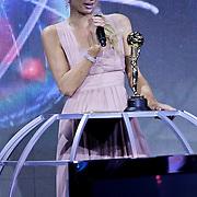 MON/Monte Carlo/20100512 - World Music Awards 2010, Paris Hilton reikt Asia Award uit