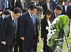 Der japanische Ministerpräsident Shinzo Abe gedenkt der Opfer des Angriffs auf Pearl-Habour von 1941 / 271216 *** Japanese Prime Minister Shinzo Abe (2nd from L on front) visits a monument in Honolulu on Dec. 26, 2016, dedicated to the nine people who died in a 2001 collision off Hawaii between the Ehime Maru, a Japanese fisheries school training boat, and a U.S. naval submarine undergoing a demonstration cruise carrying civilians. Abe is in Hawaii for a visit to Pearl Harbor -- the site of the Japanese surprise attack in 1941 that drew the United States into World War II -- and a final summit with U.S. President Barack_Obama.