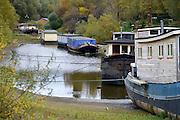 Nederland, Nijmegen, 4-11-2015De waterstand in de rivier de Waal is laag. Woonboten in een rivierarm in de buurt van de stad liggen op het droge of vallen bijna droog. Binnevaartschepen nemen minder lading, vracht in en moeten goed in de vaargeul blijven.Foto: Flip Franssen/Hollandse Hoogte