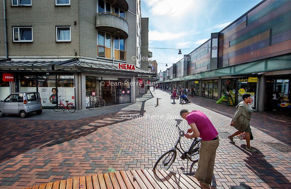 """Nederland, Amsterdam, 17 mei 2017.<br /> Tijdelijke leegstand, renovatie en nieuwe opgeschoven gevels plus bedrijven  """"under construction"""" (in opbouw) in winkelcentrum de Amsterdamse Poort moeten het winkelcentrum uiteindelijk aanpassen aan de omstandigheden van deze tijd.<br /> Op de foto: de HEMA is verplaatst en kleiner geworden.<br /> <br /> Foto: Jean-Pierre Jans"""