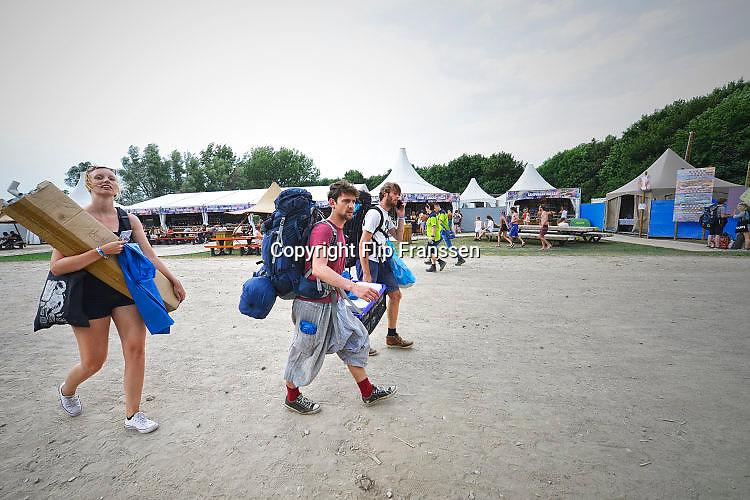 Nederland, Ewijk, 22-6-2017Vanmiddag al konden festivalgangers van het festival Down the Rabbit Hole , dtrh naar binnen en hun tent opzetten. Morgen begint het driedaagse festival bij Nijmegen. .Foto: Flip Franssen