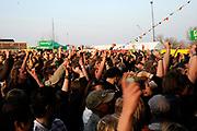 Het Ticket for Tibet festival op de NDSM-werf in Amsterdam was zondag 9500 mensen aanwezig.<br /> De organisatie wil met het festival protesteren tegen wat zij noemt de bezetting van Tibet door China. <br /> <br /> Op de foto: <br /> <br />  Bezoekers op het festivalterrein / overzicht van het festivalterrein