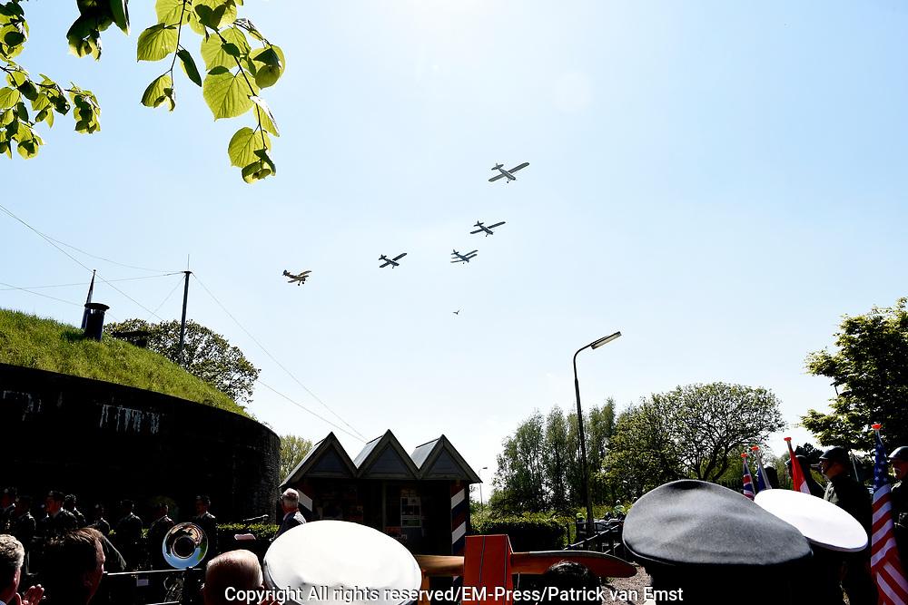 Pieter van Vollenhoven opent het WOII en Vliegeniersmuseum in Fort Vuren. Het museum vormt samen met een herinneringsroute een eerbetoon aan de bemanning van zes geallieerde vliegtuigen die tijdens de Tweede Wereldoorlog zijn neergestort op grondgebied van de huidige gemeente Lingewaal. <br /> <br /> Pieter van Vollenhoven opens the WWII and Aviation Museum in Fort Vuren. The museum, together with a memorial route, is a tribute to the crew of six allied aircraft crashed during the Second World War on the territory of the current Lingewaal municipality.<br /> <br /> Op de foto / On the Photo: flypast door zes WO2 vliegtuigen door het Vliegend Museum Seppe