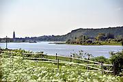 Nederland, the Netherlands, Wageningen, 14-5-2018  De Grebbedijk tussen Wageningen en Rhenen ter hoogte van de Blauwe Kamer . . Deze loopt over in de natuurlijke waterkering van de Grebbeberg . In natuurgebied de Blauwe Kamer heeft het water van de Nederrijn vrij spel. Hierdoor is de natuur er voortdurend in beweging. Zicht op Rhenen met kerktoren . Foto: Flip Franssen