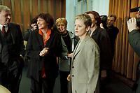 17 JAN 2001, BERLIN/GERMANY:<br /> Ulla Schmidt, SPD, Bundesgesundheitsministerin, und Renate Kuenast, B90/Gruene, Verbraucherschutzministerin, im Gespraech, vor Beginn der Kabinettsitzung, Bundeskanzleramt<br /> IMAGE: 20010117-01/01-23<br /> KEYWORDS: Kabinett, Renate Künast, Gespräch