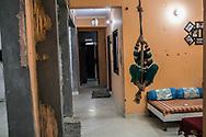 03032019. New Delhi. Inde. Portrait de Shafiqur Rahman Khan. Chez lui dans l'appartement qu'il partage avec son frère et sa famille. Ce trentenaire intransigeant au regard noir s'est engagé corps et âme dans la défense des « paros ». Son parcours personnel iconoclaste l'a mené de l'entrepreneuriat aux rangs d'un groupe marxiste révolutionnaire. Il combat aujourd'hui les trafics à la force de quelques bras au sein d'Empower People, une petite association qu'il a créée.