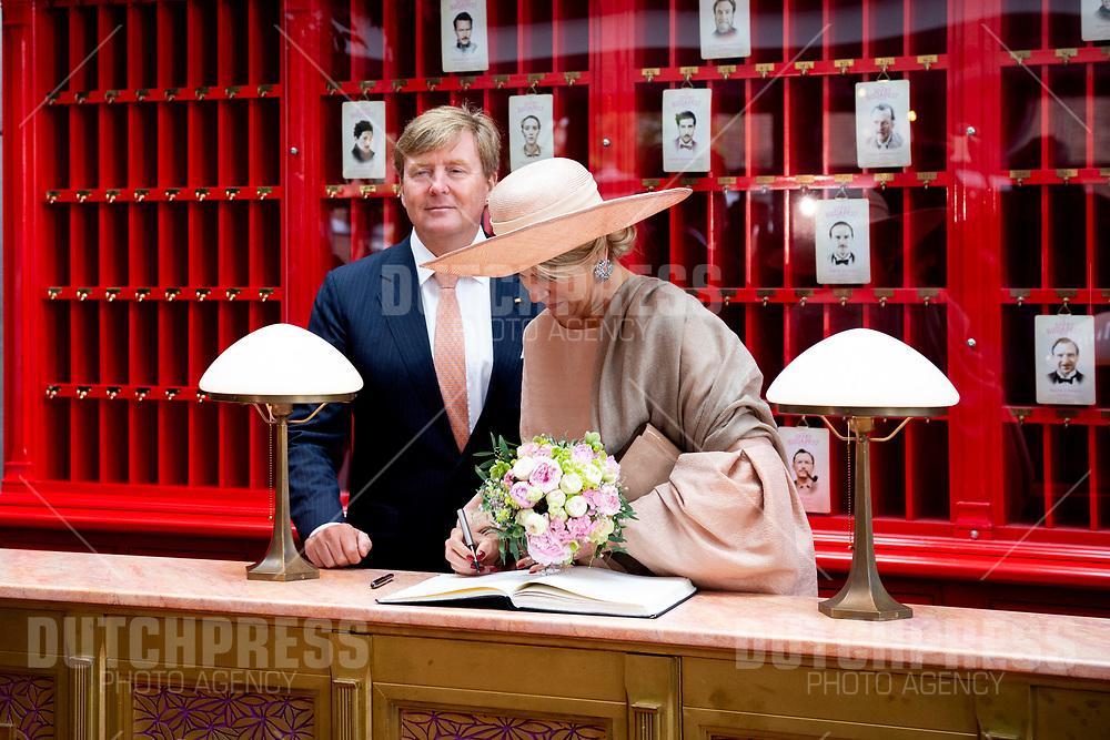 Koning Willem-Alexander en koningin Maxima tijdens een bezoek aan MediaTech Hub in Medienstadt in Postdam, Duitsland.
