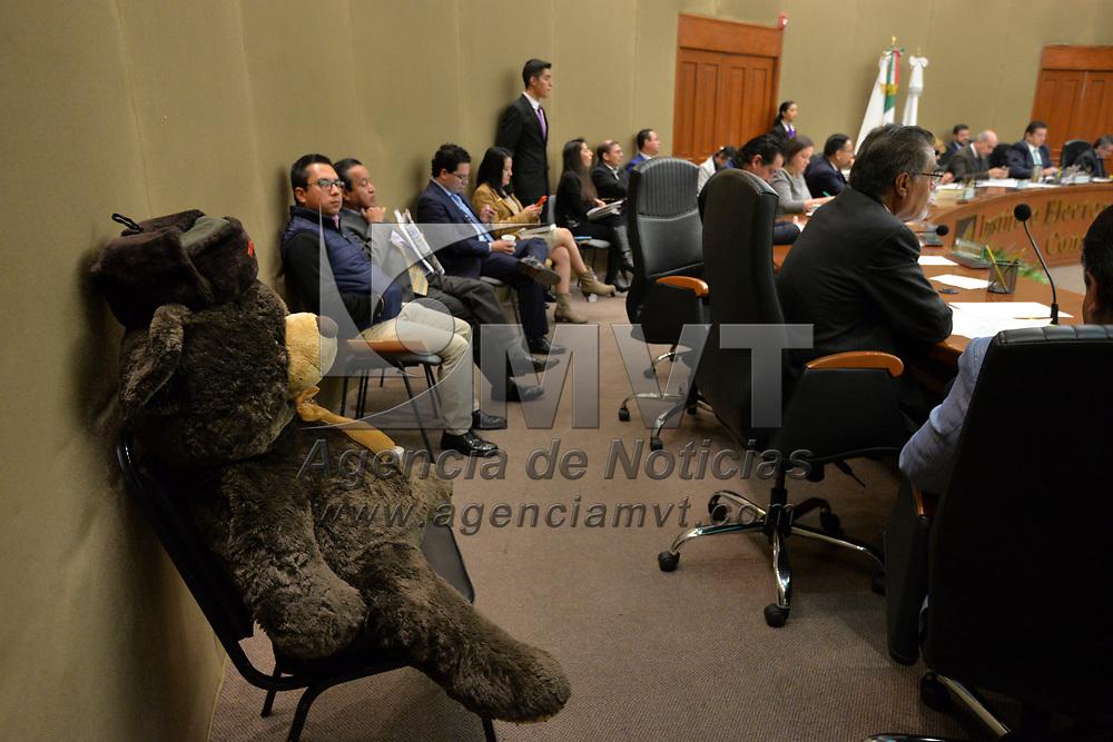 Toluca, México (Enero 19, 2018).- Ricardo Moreno Bastida, representante de MORENA llevo una mascota de peluche a la sesión del Consejo General del IEEM, nombrado Misha, por la mascota de los Juegos Olímpicos de Moscú en 1980.  Agencia MVT / Crisanta Espinosa.