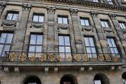 Het Koninklijk Paleis Amsterdam is een paleis op de Dam in de binnenstad van Amsterdam. Het paleis is in gebruik door het Koninklijk Huis als ontvangstpaleis en wordt gebruikt voor tentoonstellingen. Op 30 april 2013 zal koningin Beatrix in het paleis officieel afstand doen van de troon. Het balkon aan de voorkant<br /> <br /> The Royal Palace is a palace on Dam Square in the center of Amsterdam. The palace is in use by the Royal Family as a reception palace and is used for exhibitions. Queen Beatrix in the palace on April 30, 2013 will officially renounce the throne.The balcony at the front