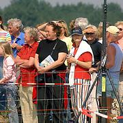 NLD/Hilversum/20060503 - HM Beatrix opent de langste natuurbrug ter wereld : Natuurbrug Zanderij Crailo in Hilversum, wachtend publiek