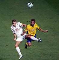 Fotball<br /> Euro 2004<br /> Portugal<br /> 26. juni 2004<br /> Foto: Dppi/Digitalsport<br /> NORWAY ONLY<br /> Kvartfinale<br /> Sverige v Nederland<br /> ARJEN ROBBEN (NET) / ALEXANDER OSTLUND (SWE)