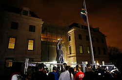 05.12.2013, Johannesburg, ZAF, Nelson Mandela, der Gigant des Humanismus ist im Alter von 95 Jahren in seinem Haus an den Folgen einer Lungenentzuendung gestorben, im Bild Journalists gather outside the South African embassy, Washington, the United States of America, following Nelson Mandela's death // Nelson Mandela a giant of humanism died in his house in Johannesburg, South Africa on 2013/12/05. EXPA Pictures © 2013, PhotoCredit: EXPA/ Photoshot/ Fang Zhe<br /> <br /> *****ATTENTION - for AUT, SLO, CRO, SRB, BIH, MAZ only*****
