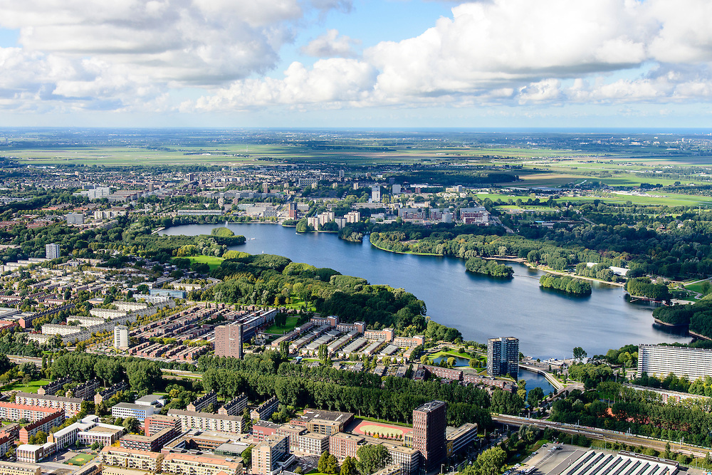 Nederland, Amsterdam, Amsterdam-West, 27-09-2015. Zicht op de Oostoever van de Sloterplas, richting Osdorp.<br /> Ring A10-West (Einsteinweg).<br /> Overview New West, west of ring road A10 Ring West (Einsteinweg),  <br /> luchtfoto (toeslag op standard tarieven);<br /> aerial photo (additional fee required);<br /> copyright foto/photo Siebe Swart