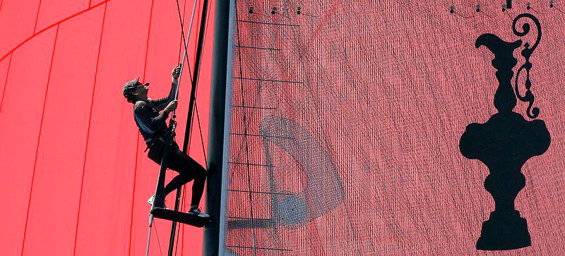 "V. 10. Valencia, 24/06/2007. El estratega del ""Emirates Team New Zealand"" trabaja subido al mastil durante la segunda regata de la Copa del America que esta dsputando contra el ""Alinghi"". EFE/Kai Försterling"
