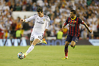 Real Madrid´s Gareth Bale (L) and F.C. Barcelona´s Dani Alves during the Spanish Copa del Rey `King´s Cup´ final soccer match between Real Madrid and F.C. Barcelona at Mestalla stadium, in Valencia, Spain. April 16, 2014. (ALTERPHOTOS/Victor Blanco)