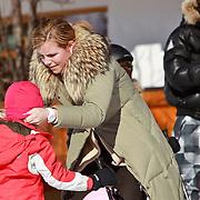 AUD/Lech/20110219 - Fotosessie Nederlandse Koninklijke Familie 2011 op wintersport in Lech, Alexia word geholpen door haar kindermeisje