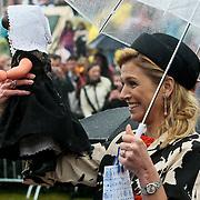 NLD/Wemeldinge/20100430 -  Koninginnedag 2010, Maxima krijgt een zeeuwse pop