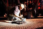 Klokkengieter Simon Laudy treft voorbereidingen. Op de Domplein in Utrecht wordt een klok gegoten dat door de Utrechtse Klokkenluidersgilde wordt geschonken aan het  Academiegebouw van de Universiteit Utrecht ter gelegenheid van hun 375 jarig bestaan in 2011. Het is voor het eerst sinds eeuwen dat weer een klok in het openbaar wordt gegoten. De klok gaat Anna Maria (genoemd naar de eerste vrouwelijke student aan de universiteit, Anna Maria van Schurman) heten en is gemaakt van brons.<br /> <br /> Bell-founder Simon Laudy is preparing containers. For the first time in centuries a bell is being casted publicly at the Domplein in Utrecht. The 100 kg bronze bell is a present of the Utrecht Bell-ringing Guild to the University Utrecht which is celibrating its 375 year's anniversary in 2011. The bell is named Anna Maria after the first female student of the university.