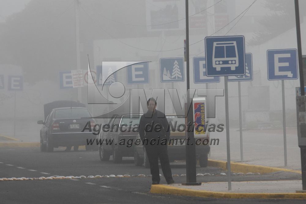 METEPEC, México.- Un espeso banco de niebla se pudo observar este día a muy temprana hora en el Valle de Toluca, la población comienza a tomar sus precauciones debido a las bajas temperaturas que se han registrado en los últimos días. Agencia MVT / Crisanta Espinosa. (DIGITAL)