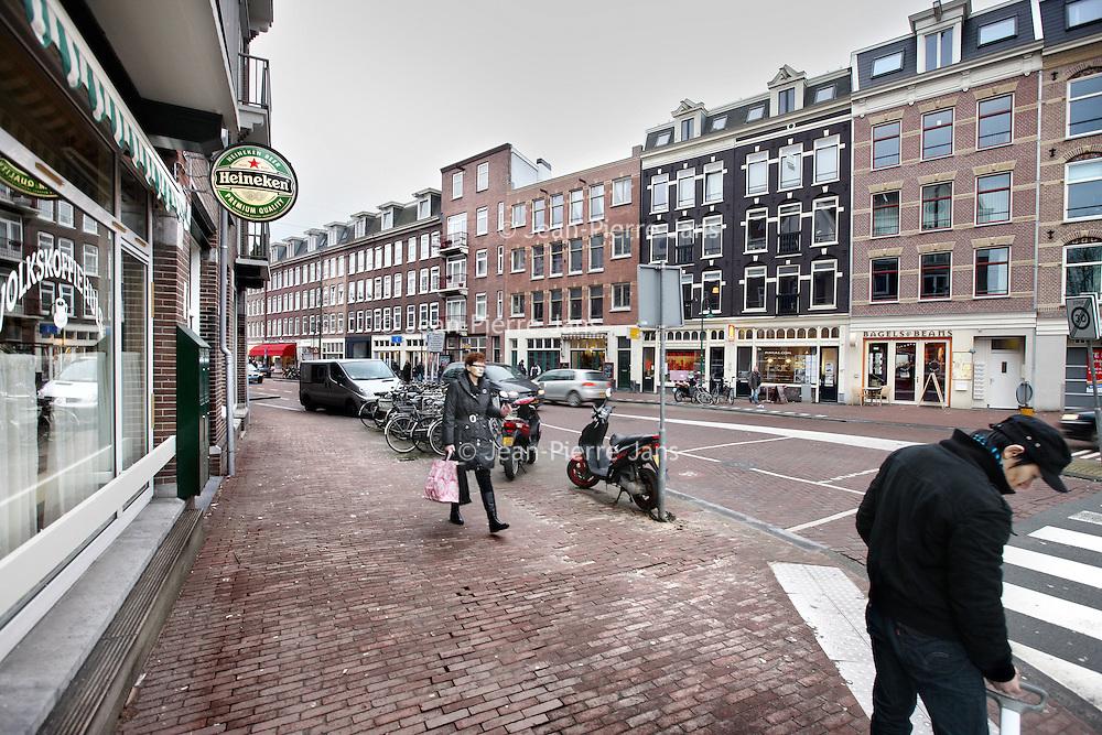 Nederland, Amsterdam , 4 februari 2010..Spaarndammerstraat met links het klassieke Volkskoffiehuis en aan de overkant o.a. de meer trendy Bagel en Beans...Foto:Jean-Pierre Jans