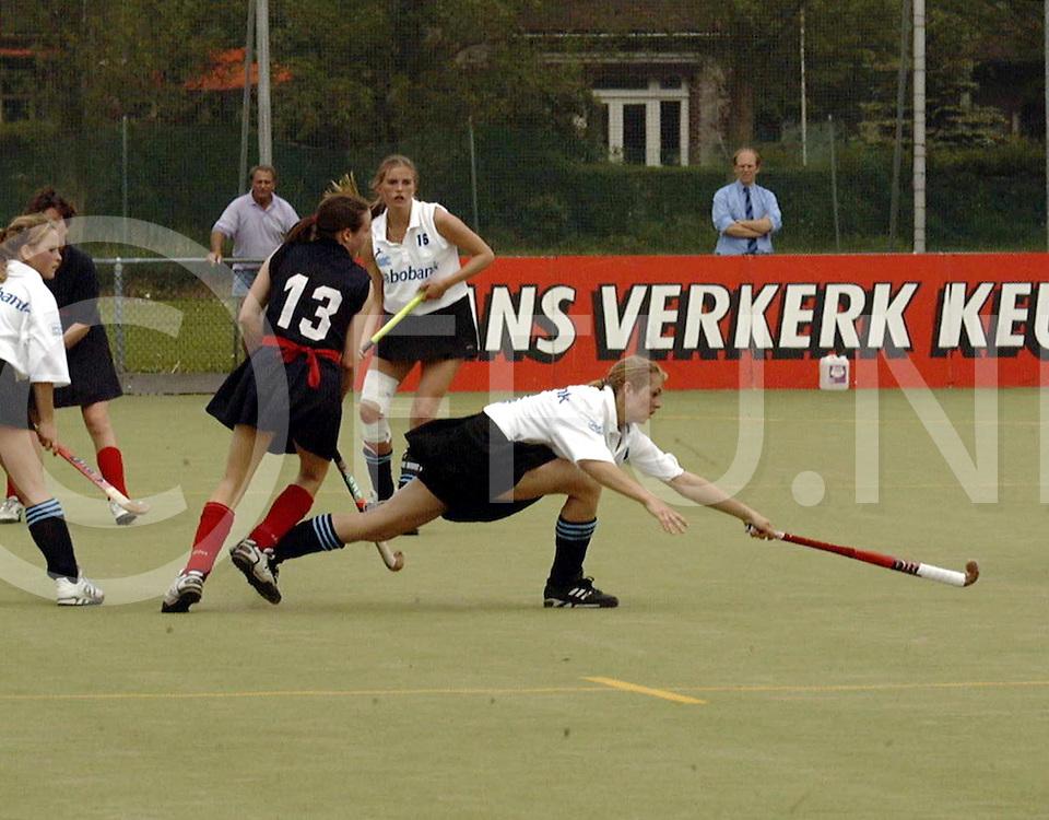 051697 wassenaar eurpoacup hgc weekend<br />dames van hgc-stade francais<br /><br />evenblij aan het werk in de gewonnen wedstrijd met 9-0<br />fotografie frank uijlenbroek©