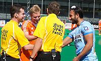 Rotterdam - Scheidsrechters  voor het Jeugd Sport Fonds tijdens de Rabobank World Hockey League. Klaas Vermeulen en Sardar Singh . Foto KOEN SUYK