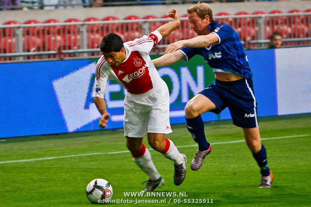 NLD/Amsterdam/20100731 - Wedstrijd om de JC schaal 2010 tussen Ajax - FC Twente, Luis Suarez in duel met David Carney