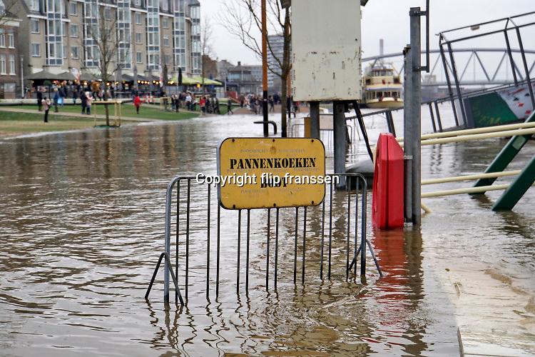 Nederland, Nijmegen, 8-2-2020 In Nijmegen en de aangrenzende Ooijpolder staat het water van de Waal op het maximum van deze golf van de Rijn uit Duitsland . Veel dagjesmensen en naturliefhebbers komen op hetverhoogde water af. De waalkade is vorig jaar voor een deel met 1 meter verlaagd, en loopt daarom sneller onder als voorheen, wat veel belangstellenden trekt die het gevoel van hoogwater ervaren.  Toch staat het water nog een halve meter onder het grootste deel van de kade. Hij is afgesloten voor verkeer. Foto: Flip Franssen