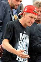 26.05.2013, Flughafen, Muenchen, GER, UEFA Champions League, Ankunft FC Bayern Muenchen, im Bild 26.05.2013, Flughafen, Muenchen, GER, UEFA Champions League, Ankunft FC Bayern Muenchen, im Bild Die Mannschaft des FC Bayern Muenchen bei der Ankunft am Flughafen Muenchen. Im Bild der uebrnaechtigte Bastian SCHWEINSTEIGER (FC Bayern Muenchen) // during arrival of FC Bayern Munich // after the UEFA Champions League final match at the Airport Munich, Germany on 2013/05/26. EXPA Pictures © 2013, PhotoCredit: EXPA/ Eibner/ Wolfgang Stuetzle..***** ATTENTION - OUT OF GER *****