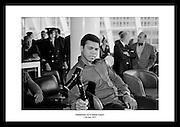 Muhammad Ali på flyplassen i Dublin, 1972 før kampen mot Al ?Blue? Lewis. Perfekt gave til din ektefelle
