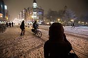 In Utrecht rijden fietsers door de sneeuw. Door hevige sneeuwval is het verkeer ontregeld. Ondanks het strooien zijn veel wegen en fietspaden nauwelijks berijdbaar.<br /> <br /> In Utrecht cyclists ride in the snow. Due to heavy snowing the traffic has lots of problems, even though the roads are de-iced most of the roads and bike lanes are hard to ride on.