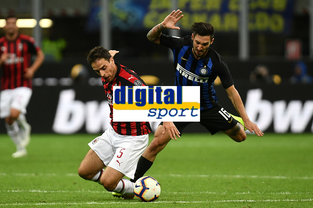 Giacomo Bonaventura of AC Milan and Matteo Politano of Internazionale compete for the ball during the Serie A 2018/2019 football match between Fc Internazionale and AC Milan at Giuseppe Meazza stadium Allianz Stadium, Milano, October, 21, 2018 <br />  Foto Andrea Staccioli / Insidefoto