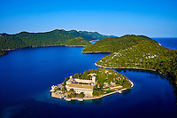 Croatie, Dalmatie, Parc national de l' île de Mljet, monastère bénédictin sur l'îlot de Sainte Marie // Croatia, Dalmatia, Dubrovnik-Neretva, Mljet island, Mljet National Park,  Benedictine Monastery on St. Mary Island in Veliko Jezero, Large Lake