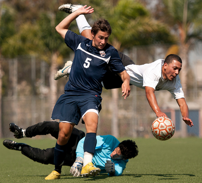 9/23/11 2:14:00 PM --- SOCCER SPORTS SHOOTER ACADEMY 008 --- Costa Mesa, CA: Members of the Orange Coast College fight for the ball, Friday, Sept. 24, at Orange Coast College in Fullerton, Calif. Photo by Ethan Klosterman, Sports Shooter Academy