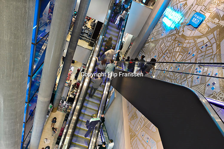 Nederland, Nijmegen, 16-10-2016 Primark vestiging, filiaal met een grote belangstelling van publiek, klanten. De modeketen is gevestigd in het centrum en moet een impuls voor de binnenstad betekenen. Foto: Flip Franssen Nijmegen,The Netherlands, locates a Primark shop. Primark is a so called budget clothing store that makes and sells clothes as cheaply as possible. For a few euros you can already buy clothes at the store. The Irish fashion chain is sometimes criticized for the working conditions in which the clothes are made, and the durability of the garments.Foto: Flip Franssen