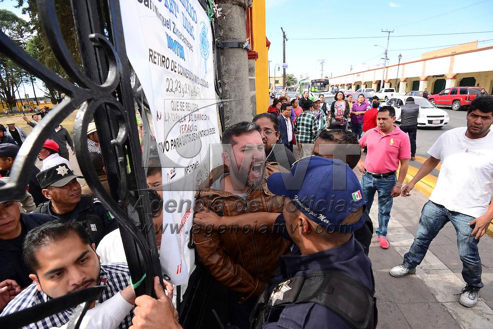 Zinacantepec, México (Abril 15, 2016).- Un grupo de inconformes con los resultados de la elección de autoridades auxiliares en Acahualco, en Zinacantepec, se enfrentaron a policías municipales cuando irrumpieron un evento en la cabecera municipal, en donde se les estaba tomando protesta a las autoridades auxiliares.  Agencia MVT / Crisanta Espinosa