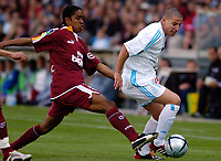 FOOTBALL - FRENCH CHAMPIONSHIP 2003/04 - 01/05/2004 - OLYMPIQUE MARSEILLE v FC METZ - SERGIO KOKE (OM) / FRANCK BERIA (METZ) - PHOTO PHILIPPE LAURENSON / FLASH PRESS