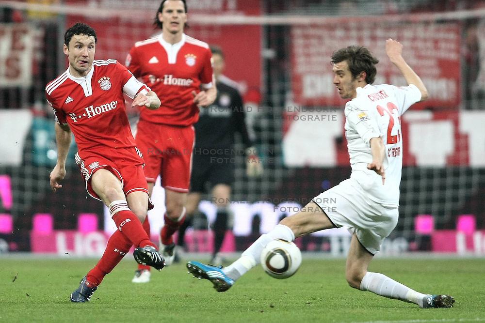 13-03-2009 VOETBAL: BAYERN MUNCHEN - SC FREIBURG: MUNCHEN<br /> Bayern Munchen wint met 2-1 van Freiburg / Mark van Bommel (FC Bayern Nr.17) und Julian Schuster (SC Freiburg Nr. 23) <br /> ©2010-WWW.FOTOHOOGENDOORN.NL / nph - Straubmeie