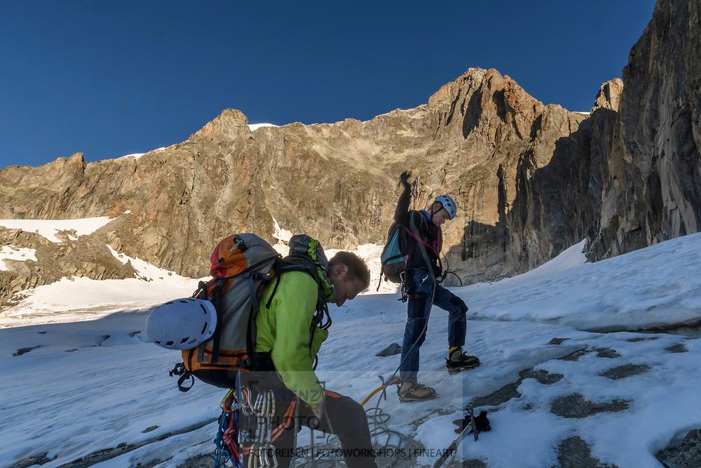 Zwei Alpinisten seilen sich auf dem Sidelengletscher an. Hinten die Südwand des Galenstocks mit dem SE-Grat rechts, Furka, Uri, Schweiz<br /> <br /> Two alpinists on the Sidelengletscher are roping up. In the background the south face of Galenstock with the SE ridge to the right, Furka, Uri, Switzerland