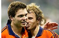 """9/3 WK Hockey. wedtrijd om de bronzen medaille. Nederland-Zuid Korea 2-1 (na verlenging). Vreugde na afloop bij Teun de Nooijer (r) en Jaap Derk Buma (l), die in de extra speeltijd de """"Golden Goal"""" maakte."""