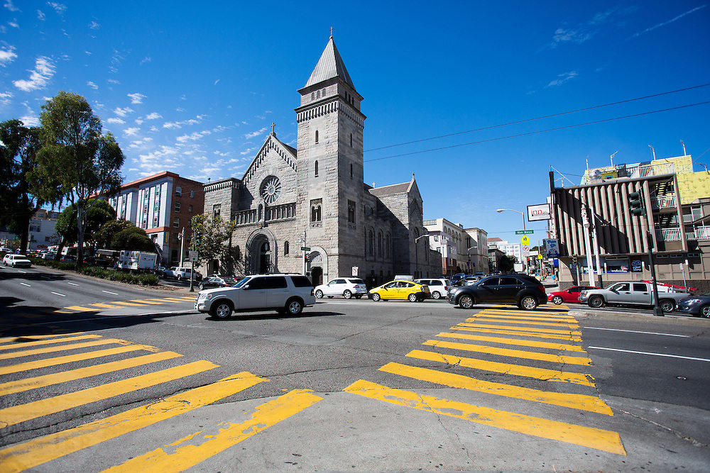 De kruising tussen Van Ness Avenue en Broadway in San Francisco met links de St Brigid Church. De Rooms-Katholieke kerk is in 1994 gesloten en is sinds 2005 een monument en eigendom van de Academy of Art Institute dat het kerkgebouw gebruikt als auditorium. Het is niet publiekelijk toegankelijk. De Amerikaanse stad San Francisco aan de westkust is een van de grootste steden in Amerika en kenmerkt zich door de steile heuvels in de stad.<br /> <br /> The intersection of Van Ness Avenue and Broadway in San Francisco with left St Brigid Church. The Roman Catholic church has been closed in 1994 and since 2005 a landmark and property of the Academy of Art Institute which uses the church building as an auditorium. It is not publicly accessible.The US city of San Francisco on the west coast is one of the largest cities in America and is characterized by the steep hills in the city.