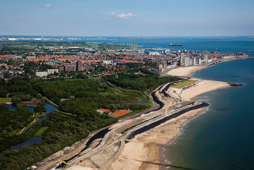 Nederland, Zeeland, Walcheren, 12-06-2009; Vlissingen, de waterkering Nolle-Westduin, een van de 'Zwakke Schakels': duinen en dijk zijn onvoldoende bestand tegen een superstorm (eens per 4000 jaar). De zeedijk (Nolledijk) wordt versterkt en met name binnendijks verstevigd om overslagbestendig te worden. Ook aan de boulevard wordt gewerkt, dijkversterking door nieuwe steenbekleding. Rechts en aan de horizon de Westerschelde. Nolle-Westduin is the weakest link in the protecting of the south coast of the Netherlands. The dikes are now being strengthened. .Swart collectie, luchtfoto (toeslag); Swart Collection, aerial photo (additional fee required).foto Siebe Swart / photo Siebe Swart