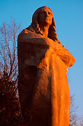 ILLINOIS, HISTORIC SITES Chief Black Hawk's statue on the Rock River near Dixon, IL