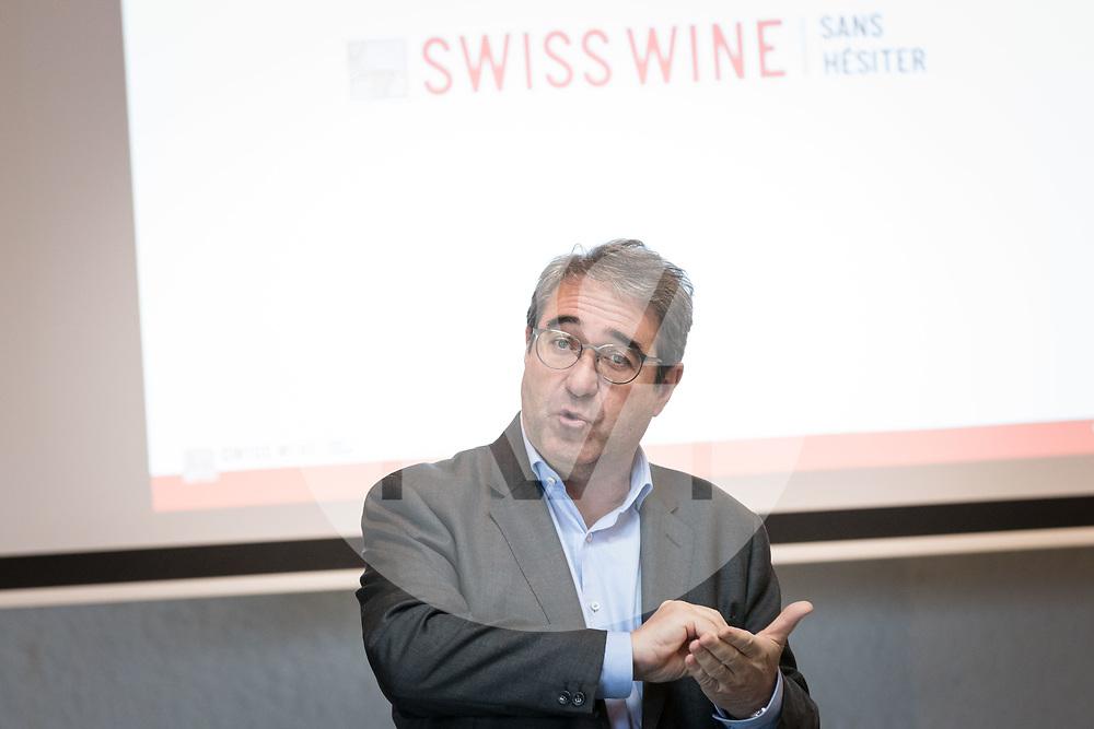 SCHWEIZ - TOLOCHENAZ - Frédéric Borloz, der Präsident des Schweizer Weinbauernverbandes, spricht am SAJ-Neujahrsapéro bei Cave de la Côte - 23. Januar 2020 © Raphael Hünerfauth - http://huenerfauth.ch