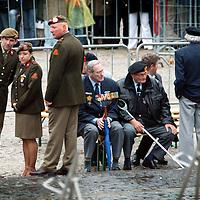 Nederland.Amsterdam.4 mei 2004..Dodenherdenking op de Dam..Oude verzetsmensen en jonge militairen aanwezig tijdens dodenherdenking op de Dam.