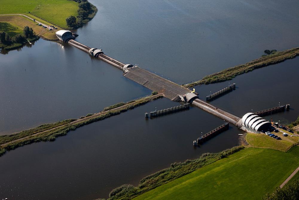 Nederland, Noordoostpolder, Flevoland,  08-09-2009. Ramspol, Waterkering Kampen, tussen Ketelmeer en Zwarte Water..De balgstuw is een stormvloedkering en bestaat uit een opblaasbare dam of dijk, opgebouwd uit drie balgen. Normaal gesproken ligt elke balg op de bodem. Op de foto's is de kering in functie in verband met werkzaamheden.Ramspol, inflatable dike, between Ketelmeer and Black Water. The Balgstuw (bellow barrier) is a storm barrier and consists of an inflatable dam or dyke, composed of three bellows. Usually, each bellow rests on the bottom of the water, but now the bellows are inflated  because of maintenance..(toeslag); aerial photo (additional fee required); .foto Siebe Swart / photo Siebe Swart