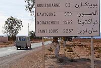 Maroc. Grand Sud. Route vers Laayoune. Ancien Sahara espagnol. // Morocco. South Morocco. Road to Laayoune. Former Spanish Sahara.