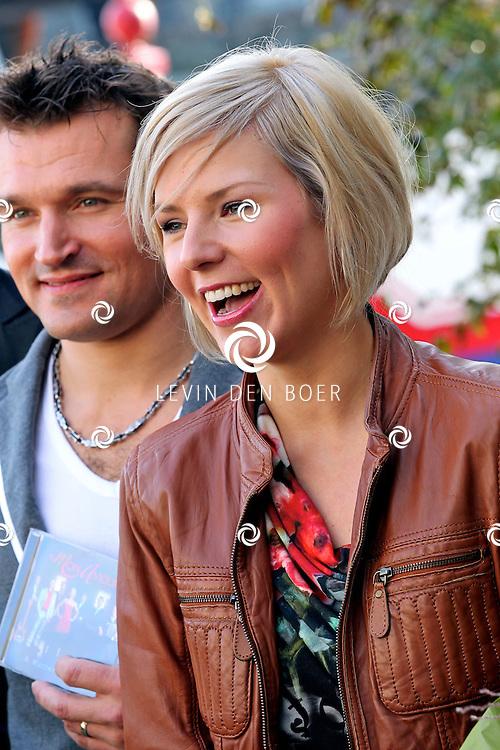 VOLENDAM - In Hotel Spaander presenteerde Mon Amour hun nieuwe CD. Met op de foto Linda Schilder en Peter de Haan. FOTO LEVIN DEN BOER - PERSFOTO.NU