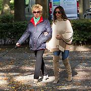 NLD/Laren/20130102 - tatjana Simic en haar moeder wandelend door Laren NH